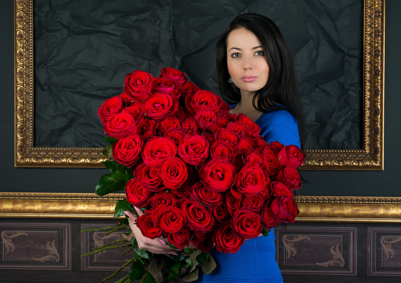 Маленькие сиськи красавицы Melena A на фоне большого букета красных роз